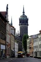 Wittenberg: Die um 1500 erbaute Schlosskirche in der Altstadt. Wittenberg: This one at 1500 built castle church in the old town.