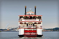 Paddle steamer transporting tourists on the Savannah river, Savannah, Georgia, USA