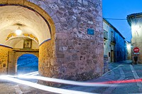 Arch and street, night view. Pedraza, Segovia province, Castilla León, Spain.