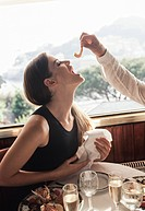 una coppia nella terrazza di un ristorante giocano con un gamberetto