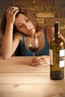 donna depressa, bicchiere di vino
