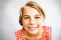Studio portrait of smiling girl 7-9 (thumbnail)