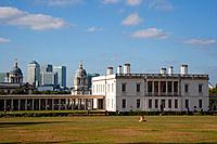 England, London, Greenwich. The Queen´s House, a former royal residence built between 1614_1617 designed by Inigo Jones. The skyscrapers in the new fi...