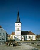Hirschaid, Pfarrkirche St. Vitus, ehem. Wehrkirche aus dem 15. Jahrhundert. Außenansicht von Osten. Turm von 1654. Im Vordergrund österlich geschmückt...