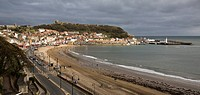 Scarborough, Stadtansicht mit Burg und Hafen