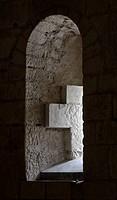 Saint_Aignan, Stiftskirche.Krypta. Umgang, Fensternische mit Kreuz. Die heutige Kirche Saint_Aignan wurde in der Zeit von Anfang des 11. bis Anfang de...