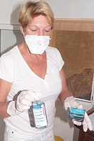 Independent nurse holding hydroalcoholic solutions.