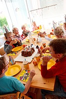 children eating cake on child´s birthday