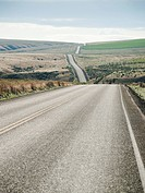USA, Oregon, Boardman, Rolling landscape with empty road