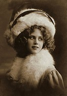 DIG Germany, 1918, Mrs., fur, Pelzbesatz, white Pelzkragen, furs, fur mode, hat, Damenhut, curls, beautifully, beauty, lady mode, mode, fashionably, p...