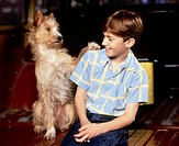 "Film ""Three Wishes"", the USA 1995, direction: Martha Coolidge, scene with NIP young with dog, paw on its shoulder put, laughing"