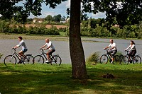 BICYCLE TOURISTS IN FRONT OF THE LAKE OF THIRON_GARDAIS IN THE PERCHE, EURE_ET_LOIR 28, FRANCE