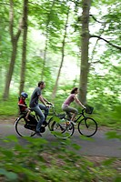 CYCLING WITH THE FAMILY ON THE BIKE PATH ALONG THE PARIS_MONT SAINT MICHEL ROUTE, CHARTRES 28, EURE_ET_LOIR, FRANCE