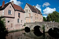 OLD BRIDGE OVER THE EURE, CHARTRES LOWER TOWN, EURE_ET_LOIR 28, FRANCE