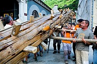 Les  Haro´s party  Trunk of fir of approximately 11 meters of length Quilhada  Six days after burning the Haro, again the citizens of Les put the new ...