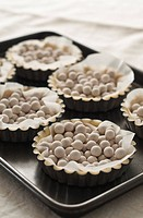 Baking dough tarts with ceramic beans