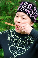 Ainu lady playing the Mukkuri