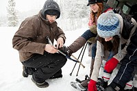 Friends preparing to snowshoe (thumbnail)