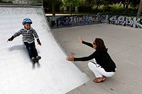 5_year_old boy learning to skateboard