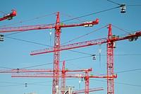 rote Baukräne im blauen Himmel über Hannover