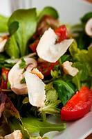 Nahaufnahme von einem Salat mit Parmesan