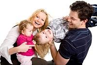 Junge Familie mit zwei Kindern lacht und albert zusammen rum Model 2.v.l.: Britta Hosse