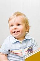 Einjähriger Junge lacht mit offenem Mund
