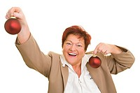 Frau hält lachend zwei Christbaumkugeln in den Händen