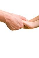 Zwei erwachsene Hände halten Kinderhände