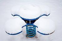 Schaukelgerät auf einem Spielplatz im Winter
