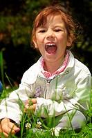 Dreijähriges Mädchen schreit im Park