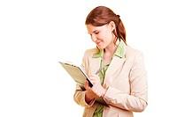 Lachende Beraterin hält Stift und Klemmbrett in den Händen