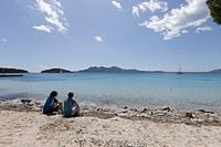 Spain, Mallorca, Man and woman sitting at Bahia de Formentor