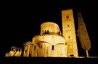 Veduta dell´Abbazia di S. Antimo in notturna, illuminazione artificiale, composizione orizzontale.