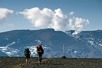 Laugavegur hiking trail, hikers, crater of the Eyjafjallajoekull vulcano, Emstrur, Highlands of Iceland, Iceland, Europe