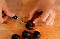 Obst wird vorbereitet um einen Obstsalat zu machen
