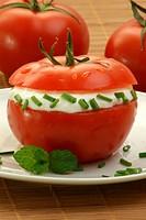 geteilte Tomate mit Frischkäse und Dill