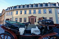 Germany, Thuringia, Weimar, Horse_drawn carriage in front of Goethe National Museum