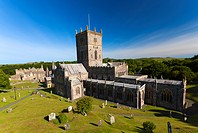 Wales, Pembrokeshire, St Davids. St David´s Cathedral, built in the 12th century and the ruin of the Bishop´s Palace. St David´s is the smallest city ...