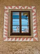 Eine Puppe und Spielzeug in einem Fenster
