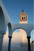 Afrika, Nordafrika, Tunesien, Tunis Ein Minarett von einer Dachterasse in der Medina oder Altstadt der Tunesischen Hauptstadt Tunis.