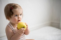 Babyisst ihren ersten Apfel