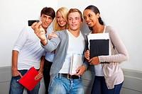 Lachende Studenten machen Gruppenfotos mit Handykamera