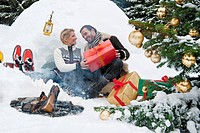 Austria, Salzburg County, Couple celebrating christmas in nature, smiling (thumbnail)