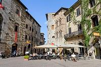 Piazza della Cisterna square, the main square, medieval town centre, San Gimignano, Tuscany, Italy, Europe