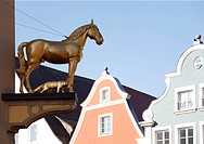 Golden horse, sculpture at the corner of Marienstrasse and Spitalstrasse, streets, Ellwangen an der Jagst, Baden-Wuerttemberg, Germany, Europe