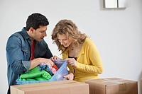 Couple looking into a laundry basket (thumbnail)