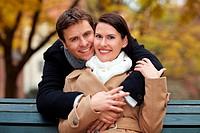 Glückliches attraktives Paar im Herbst im Park