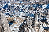 Göreme´s Wohnungen Mix zwischen Feenkaminen und die von Menschen errichteten Häusern in Göreme Türkei, Goreme´s apartments Mix between fairy chimneys ...
