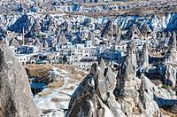 Göreme´s Wohnungen Mix zwischen Feenkaminen und die von Menschen errichteten Häusern in Göreme Türkei, Goreme´s apartments Mix between fairy chimneys ...